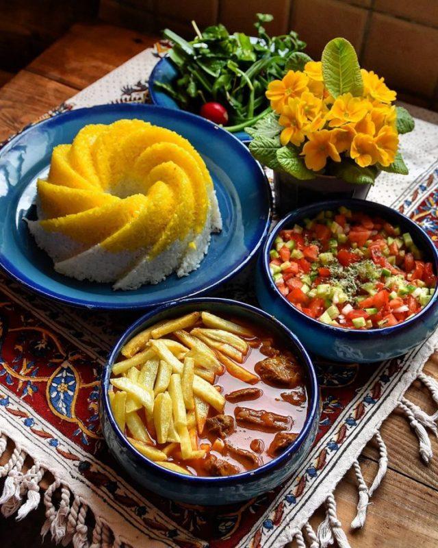 Geymeh, Salad shirazi, Sabzi Khordan, Yogurt (mast), Olive (zeytun)